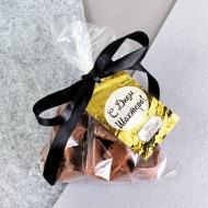Шоколадные кусочки в пакетике с биркой и логотипом