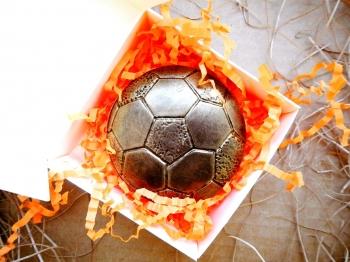 Шоколадный мяч - подарок футболисту